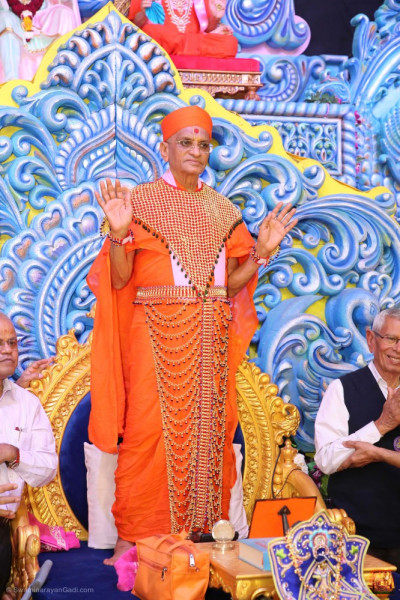 Divine darshan of His Divine Holiness Acharya Swamishree Maharaj blessing all
