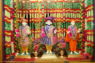 Divine darshan of Lord Shree Swaminarayan, Jeevanpran Shree Abji Bapashree and Jeevanpran Shree Muktajeevan Swamibapa blessing all