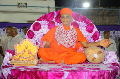 Divine darshan of Acharya Swamishree Maharaj with Shree Harikrishna Maharaj