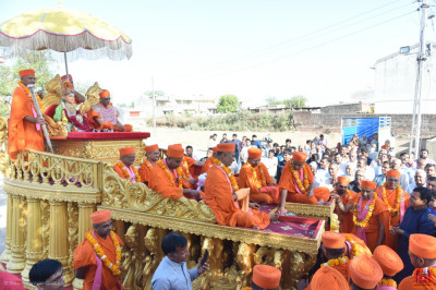 Divine darshan of Lord Shree Swaminarayan, Acharya Swamishree Maharaj and sants seated on the golden float