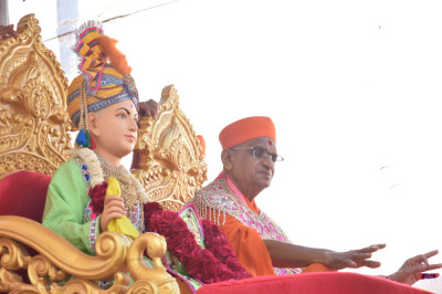Lord Shree Swaminarayan and His Divine Holiness Acharya Swamishree Maharaj bless all