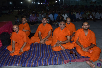 Sants and hundreds of disciples enjoy the devotional evening programme