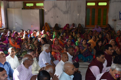 Hundreds of disciples gather for aarti