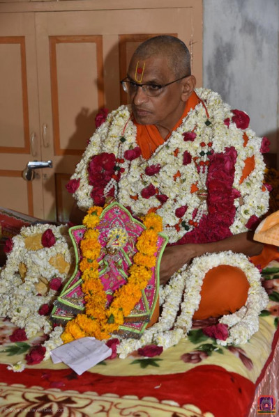 Divine darshan of His Divine Holiness Acharya Swamishree Maharaj with Shree Harikrishna Maharaj
