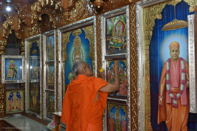 His Divine Holiness Acharya Swamishree Maharaj performs the anniversary poojan ceremony