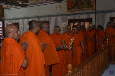 His Divine Holiness Acharya Swamishree Maharaj and sants perform aarti