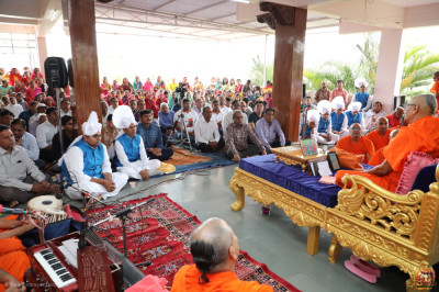 His Divine Holiness Acharya Swamishree Maharaj showers His divine blessings on all