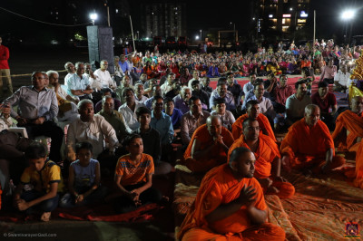 Sants and hundreds of disciples gather to enjoy the evening devotional programme