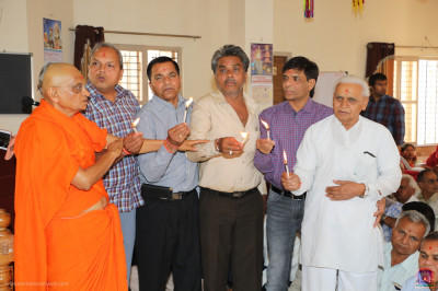 His Divine Holiness Acharya Swamishree Maharaj and disciples offer aarti