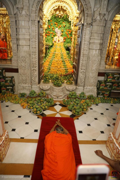 His Divine Holiness Acharya Swamishree Maharaj performs sashtang dandvat pranam unto the Lord