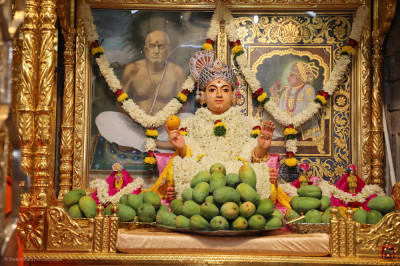 Divine darshan of Shree Sahajanand Maharaj with a mountain of delicious mangos