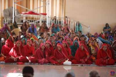 Sankhya Yogi ladies and disciples perform dhyaan