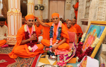Acharya Swamishree Gives Initiation to a Sant
