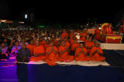 Sants and thousands of disciples enjoy the evening devotional concert