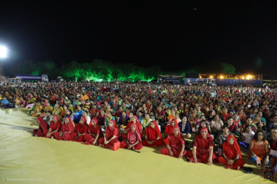 Sankhya Yogi ladies and thousands of disciples enjoy the evening devotional concert