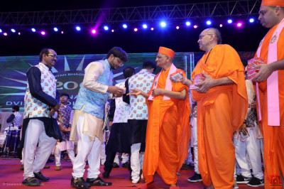 Acharya Swamishree Maharaj blesses the orchestra performers