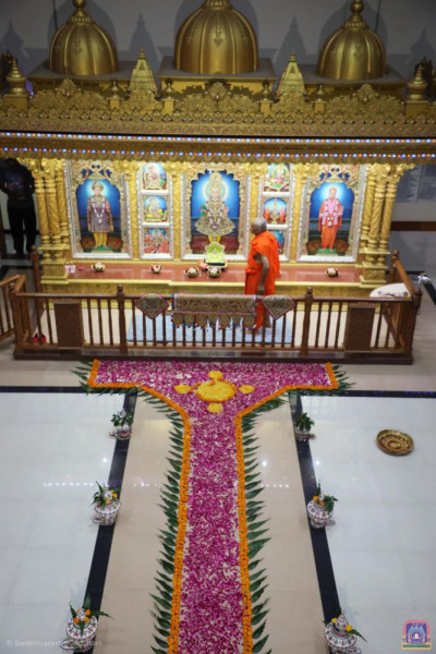 His Divine Holiness Acharya Swamishree Maharaj performs mangla aarti at Shree Swaminarayan Mandir Vrushpur