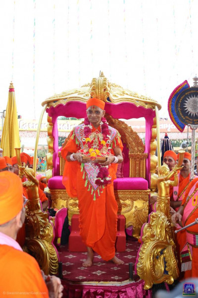 Divne darshan of Acharya Swamishree Maharaj with Shree Harikrishna Maharaj