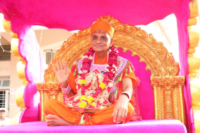 Acharya Swamishree Maharaj blesses all