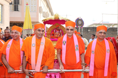 Sants pull the golden chariot from the mandir towards the grand assembly entrance