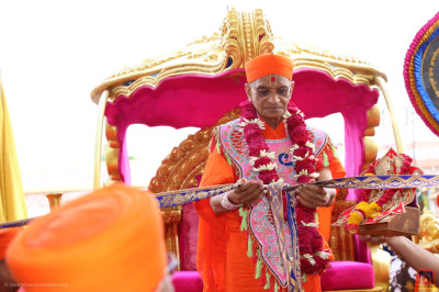 Divine darshan of Acharya Swamishree Maharaj officially opening the grand mahotsav assembly