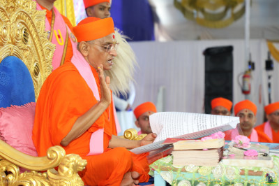 Acharya Swamishree Maharaj begins the scripture recital of the divine Vachanamrut scripture