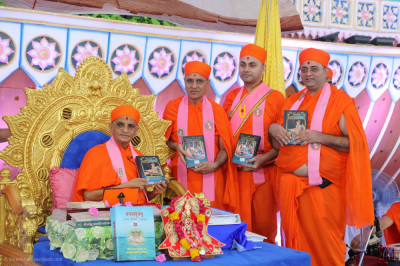 Sants present new editions of various divine scriptures to be inaugurated by Acharya Swamishree Maharaj