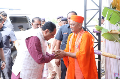 Sadguru Shree Bhagwatpriyadasji Swami welcomes Chief Minister of Gujarat Vijay Rupani to the grand assembly