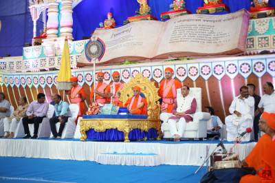 Divine darshan of Acharya Swamishree Maharaj, Chief Minister of Gujarat Vijay Rupani and honoured guests seated on stage