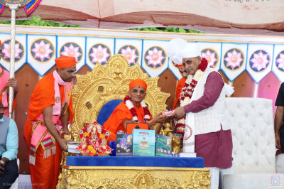 Acharya Swamishree Maharaj presents prasad to Chief Minister of Gujarat Vijay Rupani