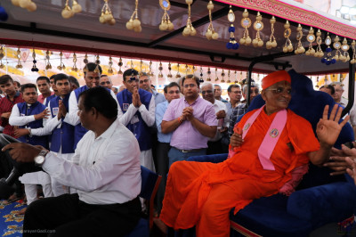 His Divine Holiness Acharya Swamishree Maharaj blesses all as He leaves the grand assembly
