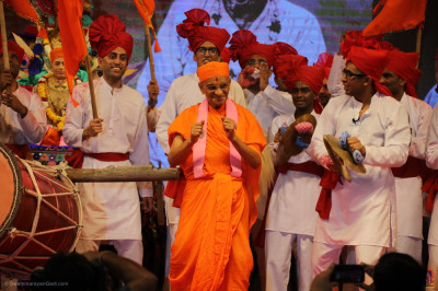 Acharya Swamishree Maharaj dances as disciples continue the uplifting tempo of beats in joyous celebration of Jeevanpran Shree Abji Bapashree and Jeevanpran Shree Muktajeevan Swamibapa