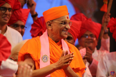 Divine darshan of Acharya Swamishree Maharaj at the conclusion of the finale performance