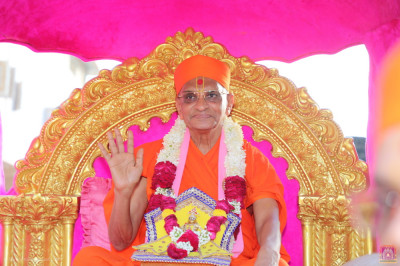 His Divine Holiness Acharya Swamishree Maharaj blesses all seated on the golden chariot