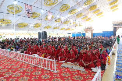 Sankhya Yogi ladies and thousands of disciples from around the world gather and enjoy the celebrations
