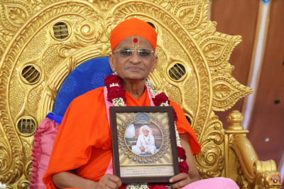 Divine darshan of Acharya Swamishree Maharaj with the memento of the grand festivals