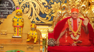 Divine darshan of Acharya Swamishree Maharaj with Shree Harikrishna Maharaj adorned in vaaghaa made from chandan