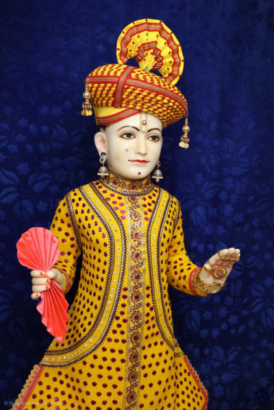 Divine darshan of Lord Shree Swaminarayan adorned in vaaghaa made from chandan