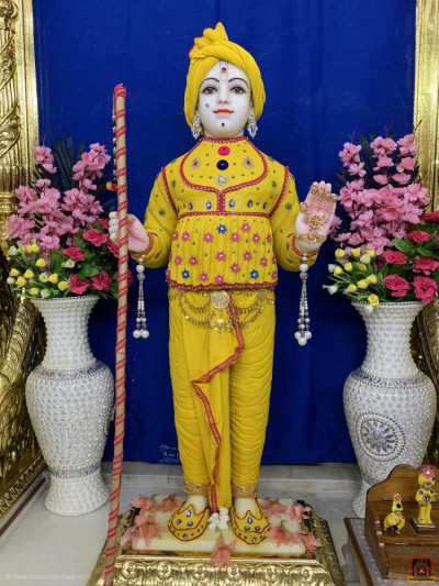 Divine darshan of Lord Shree Swaminarayan adorned in chandan vagha studded with various coloured gemstones