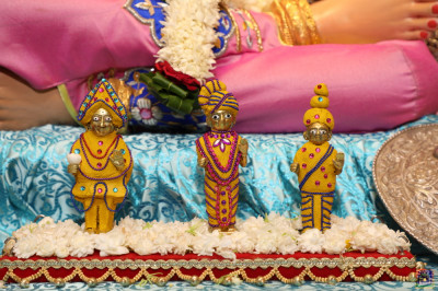 Divine darshan of Shree Harirkrishna Maharaj adorned in chandan vagha studded with green, pink and blue gemstones in various designs