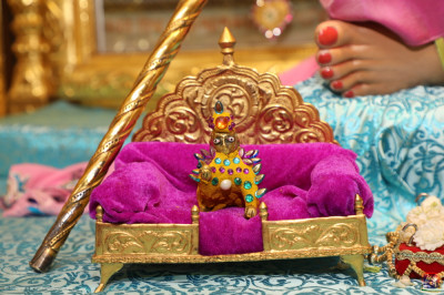Divine darshan of Shree Harirkrishna Maharaj adorned in chandan vagha studded with green, pink and blue gemstones