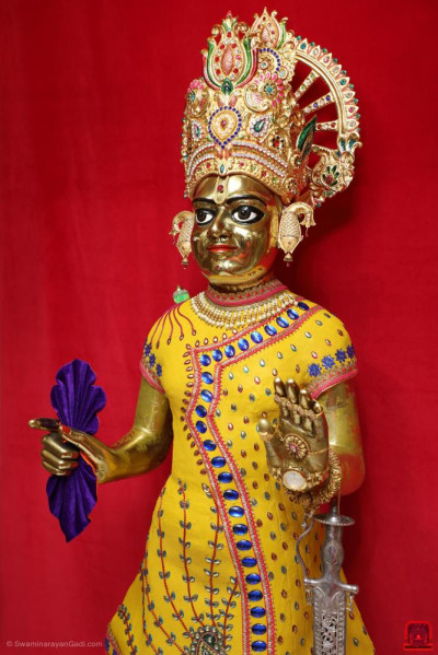 Divine darshan of Shree Harikrishna Maharaj adorned in chandan vagha studded with blue, red and green gemstones