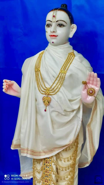 Divine darshan of Lord Shree Swaminarayan adorned in white