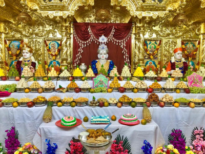 Divine darshan of Lord Shree Swaminarayan, Jeevanpran Shree Abji Bapashree and Jeevanpran Shree Muktajeevan Swaminbapa dining on the magnificent annakut