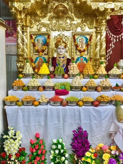 Divine darshan of Jeevanpran Shree Abjo Bapashree dining on the magnificent annakut