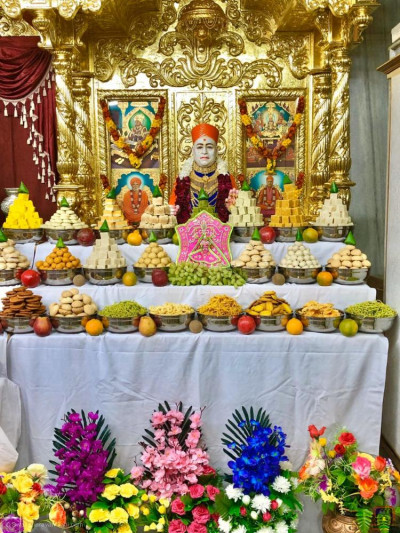 Divine darshan of Jeevanpran Shree Muktajeevan Swamibapa dining on the magnificent annakut