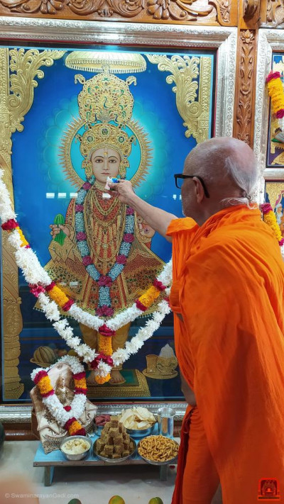 Sants offer delicious cake to Lord Shree Swaminarayan