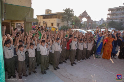 Students chant the glory of Lord Swaminarayan