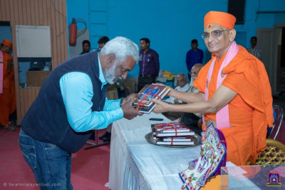 Former students of the college receive pustaks from Acharya Swamishree Maharaj