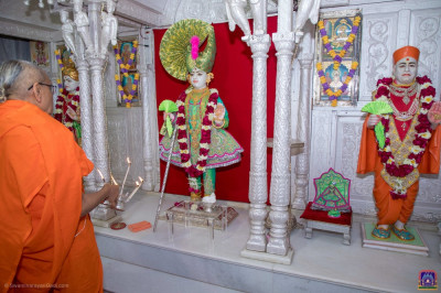 Acharya Swamishree Maharaj performs aarti at Shree Swaminarayan Mandir Kadi